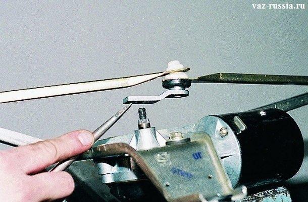 Поддевание с помощью отвертки кривошипа и дальнейшее его снятие