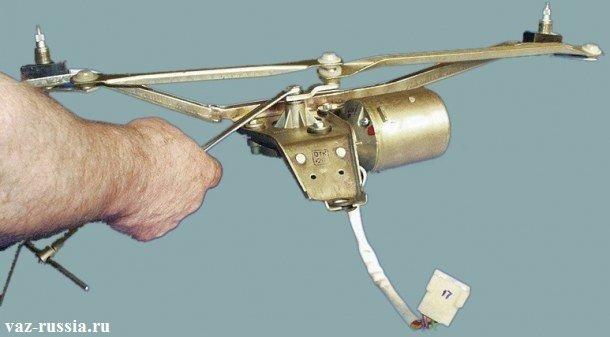 Отворачивание болта крепящего кривошип трапеции