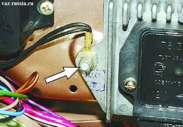 На фото изображена клема «массы», которая установлена на левую шпильку коммутатора зажигания