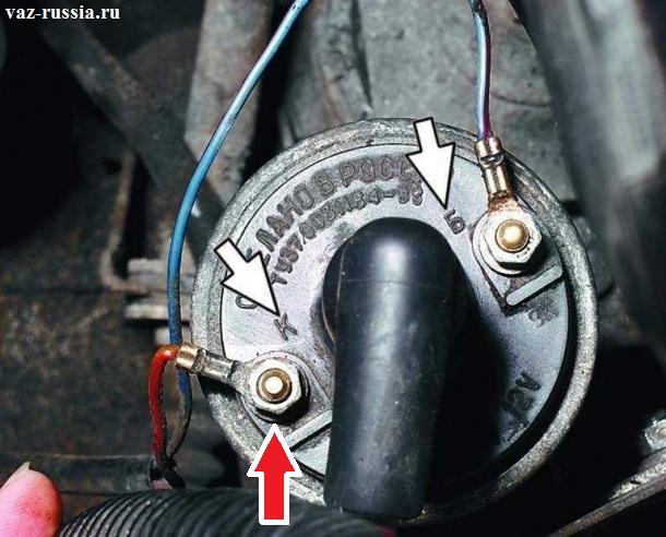 На фото белыми стрелками указаны две маркировки, вам нужно открутить при помощи гаечного ключа гайку, которая находится возле маркировки «К», и после чего скинуть клему с катушки, провод этой клемы должен быть обязательно красного цвета