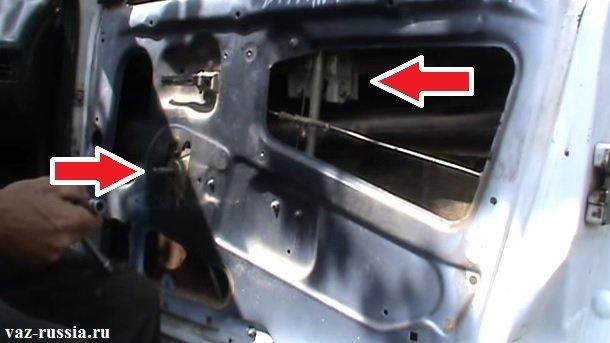 Местонахождение стеклоподъемника во внутренней части двери автомобиля