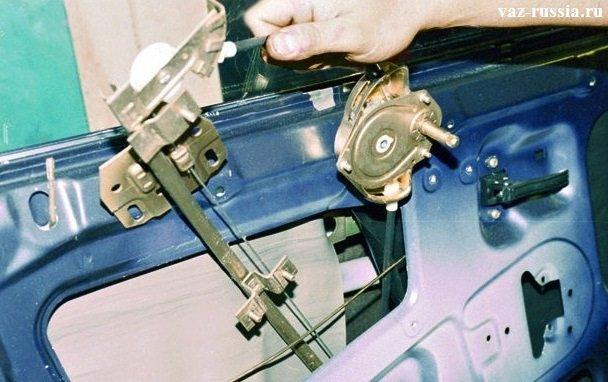 Снятие стеклоподъемника за счет выведение его из внутренней части двери автомобиля