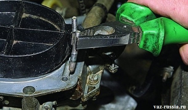 Извлечение металлической шпильки из отверстия в крышки карбюратора, за счет её отворачивания