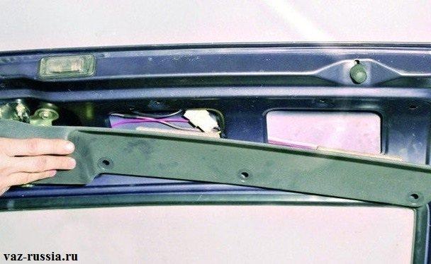 Снятие обшивки с внутренней части крышки багажного отделения
