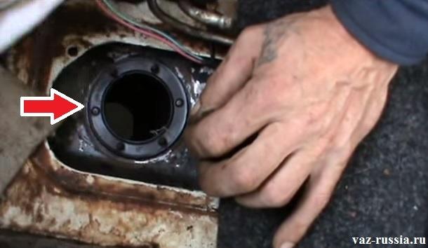 Стрелкой указана прокладка, которую поддев рукой или отверткой необходимо снять, для её дальнейшей проверки на деформацию