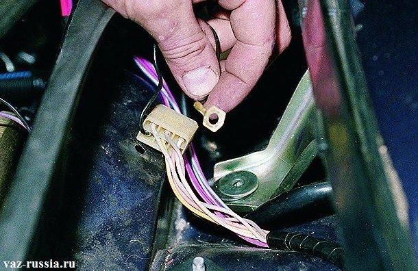 На фото изображен провод, который располагается под нижним болтом крепления трапеции. (Работайте с ним аккуратно, не повредите его)