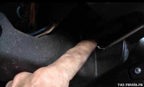 Надевание ручки подсоса на привод троса