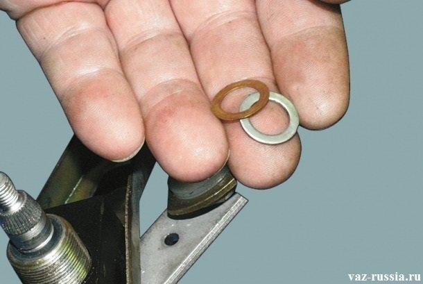 Снятие регулировочных шайб с верхней части валиков трапеции