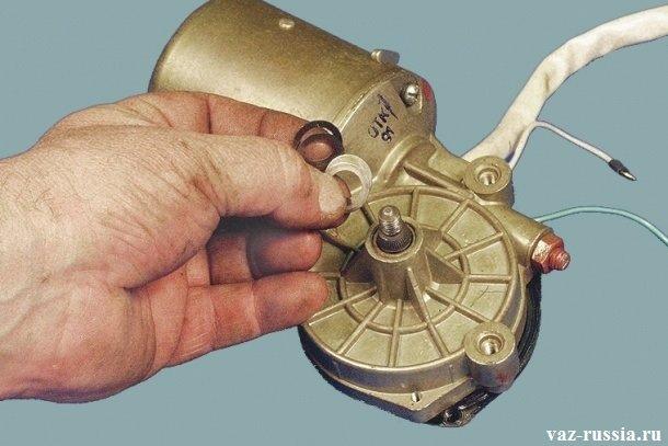 На фото изображено несколько снятых регулировочных шайб с вала редуктора