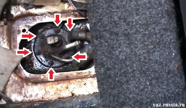 Отверните шесть гаек которые крепят датчик к бензобаку