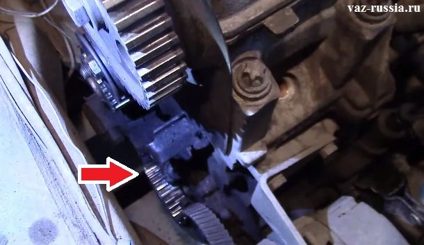 Стрелкой указано местоположение шкива коленчатого вала. За этим шкивом и располагается передний сальник.