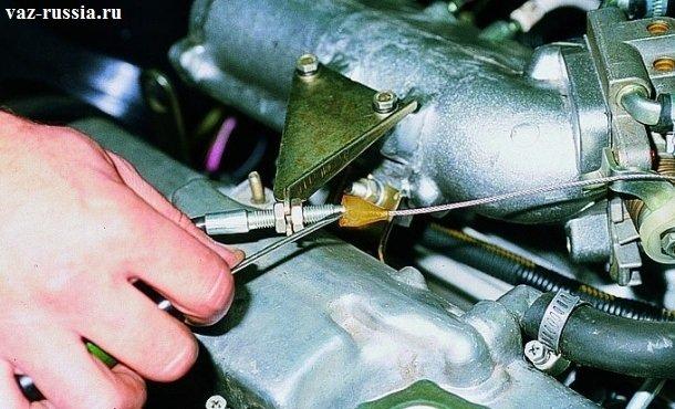 Сдвигание силиконового колпачка при помощи отвертки