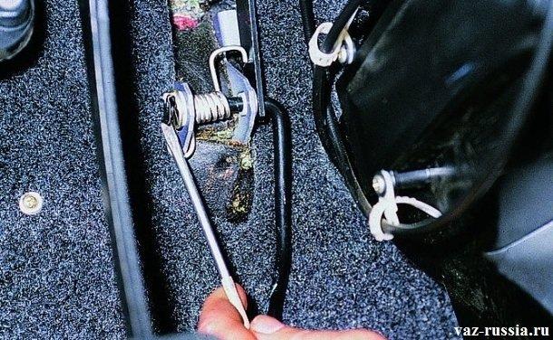Снятие стопорной скобы с загнутого кончика педали газа