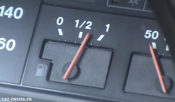 На фото изображена стрелка уровня топлива