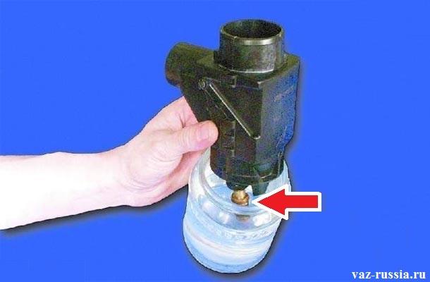 Опускание термо-силового элемента в емкость с водой нагретую чуть выше «+35°C»