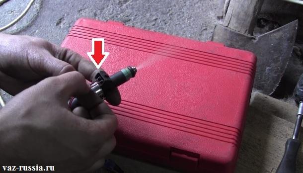 Подсоединение к контактом форсунки двух проводов, которые подсоединены к клеммам аккумулятора