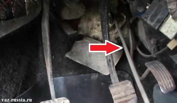 Извлечение троса из отверстия которое находится в полу автомобиля