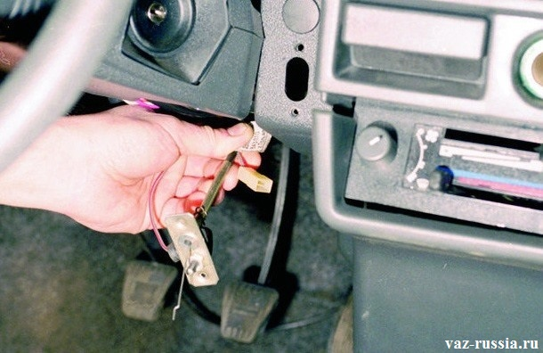Снятие троса и в последствии отсоединение электрического разъема от выключателя