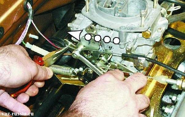 Вытягивание тяги привода при помощи пассатижей. А после вытягивания заворачивание до упора болта крепления тяги