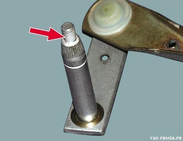Стрелка указывает на резьбу валика тяги трапеции