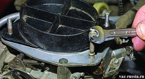 Заворачивание ремонтной шпильки в нарезанное отверстие крышки карбюратора