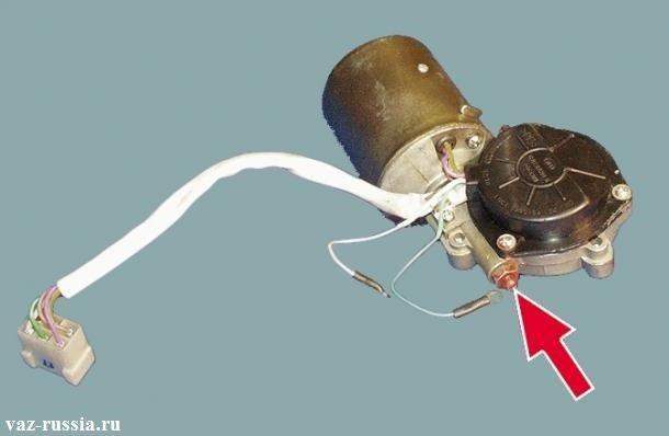 Стрелка указывает на регулировочный винт, которым регулируется осевой зазор у вала якоря