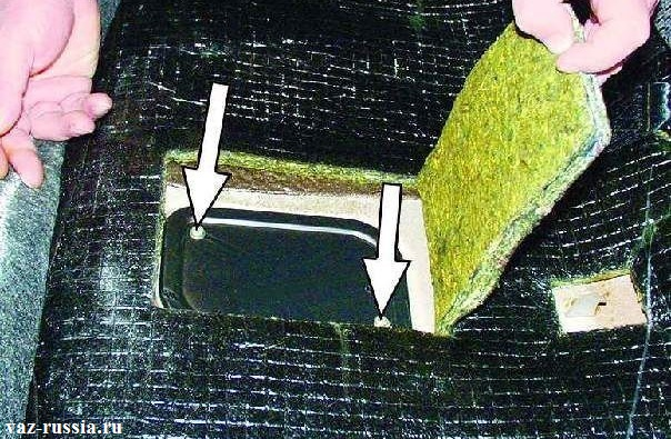 Отверните два винта, что бы снять крышку лючка бензобака