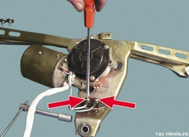 Отворачивание двух винтов которые крепят провода к предохранителю кронштейна
