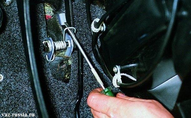 Отстегивание боковой части возвратной пружины, с помощью отвертки