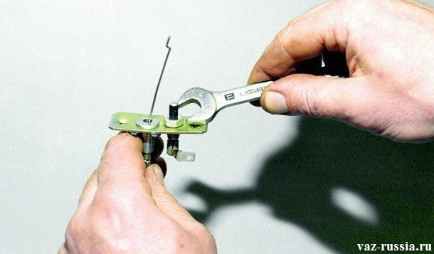 Отворачивание гайки крепления выключателя