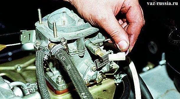 Отсоединение колодки проводов от вывода клапана
