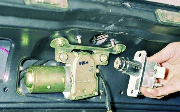 Замена и регулировка замка багажника на ВАЗ