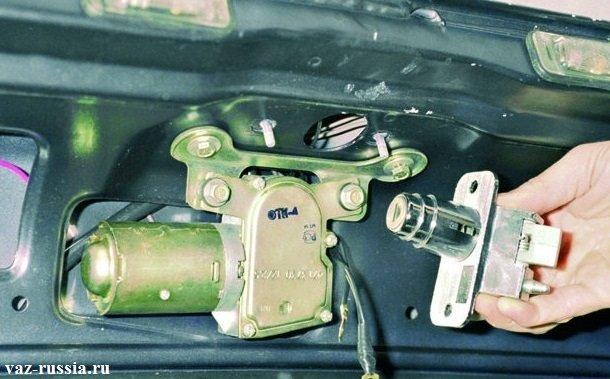Снятие замка с крышки багажника