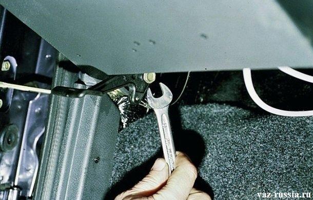 Отворачивание болта крепящего рукоятку замка открывания капота