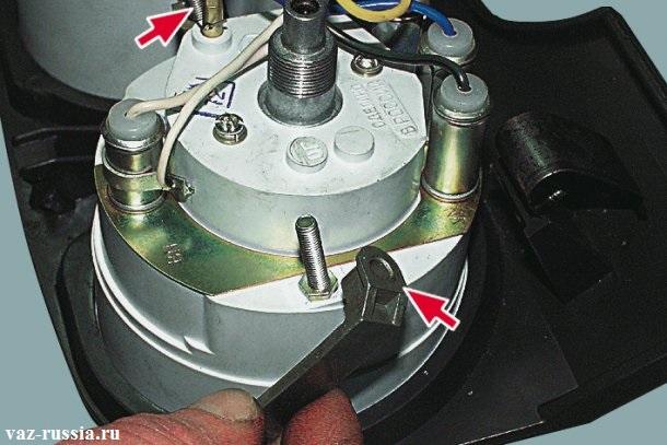 Снятие двух держателей и в последствие снятие самого спидометра с панели