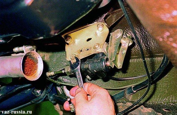 Отворачивание двух болтов, которые отдельно крепят регулятор к кронштейну