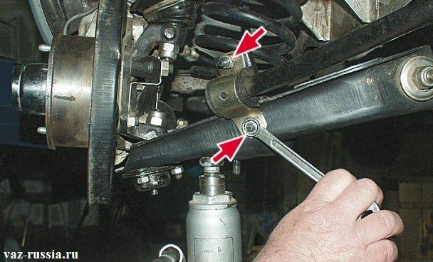 Отворачивание двух гаек крепления скобы и подушки стабилизатора
