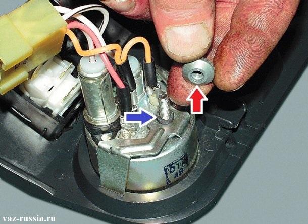 Отворачивание гайки со шпильки и её снятие, а так же снятие пружинной шайбы которая указана синей стрелкой