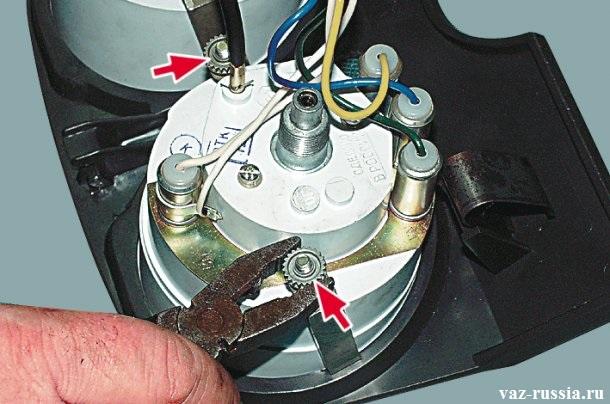 Отворачивание при помощи пассатижей двух гаек крепления держателей спидометра на шпильках