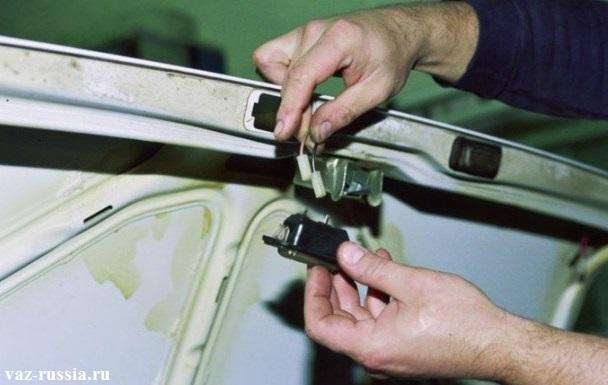 Извлечение плафона и отсоединение от выводов его задней части, двух колодок проводов