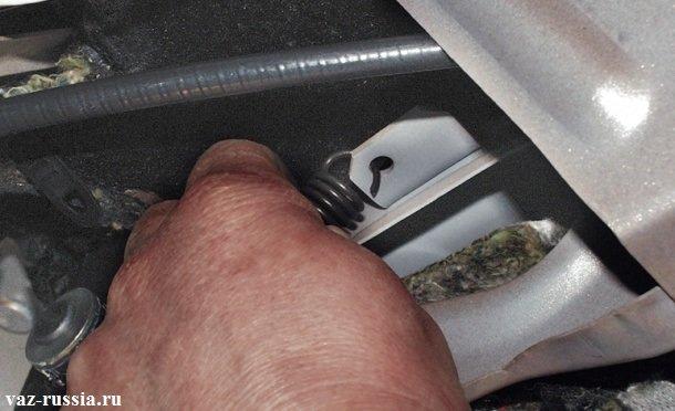 Отсоединение кончика оттяжной пружины педали сцепления, от кронштейна