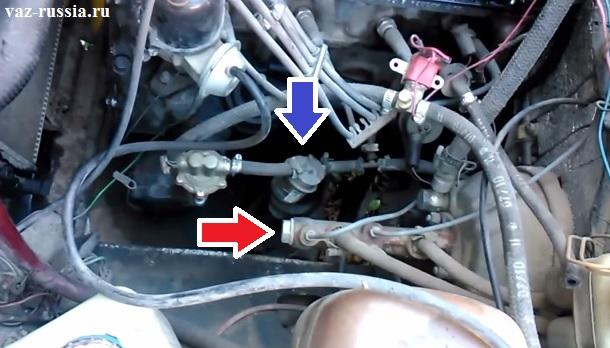 Синей стрелкой указано местоположение топливного фильтра. Красной стрелкой указан главный тормозной цилиндр.