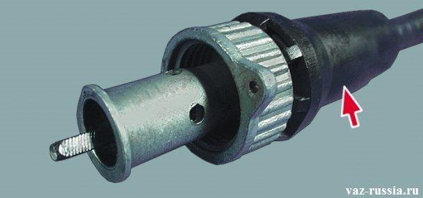 Стрелкой указан чехол, наконечника троса который подсоединяется к редуктору