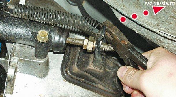 Отсоединение оттяжной пружины от вилки рабочего цилиндра с последующим её снятием