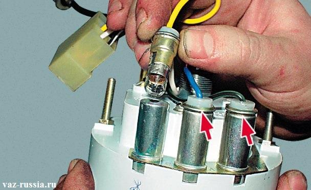 Отсоединение патрона с лампой от корпуса