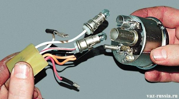 Отсоединение проводов и патронов от указателя уровня топлива