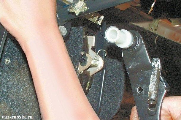 Снятие с оси педали тормоза вместе с дистанционной втулкой