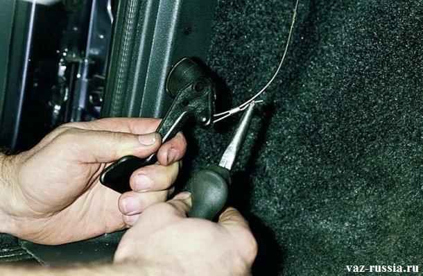 Снятие рукоятки и выпрямление плоскогубцами кончика её троса