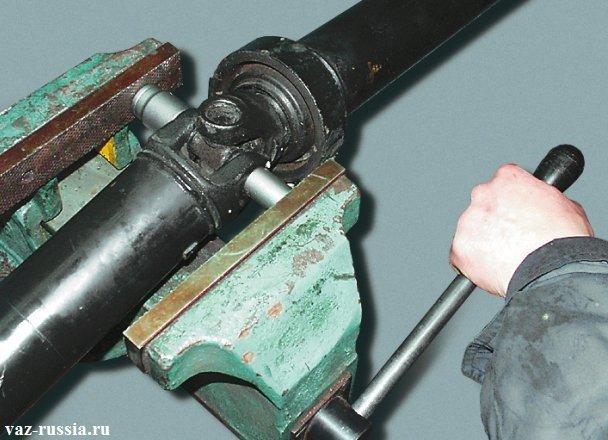 Выпрессовывание подшипника крестовины, при помощи тисков и оправок