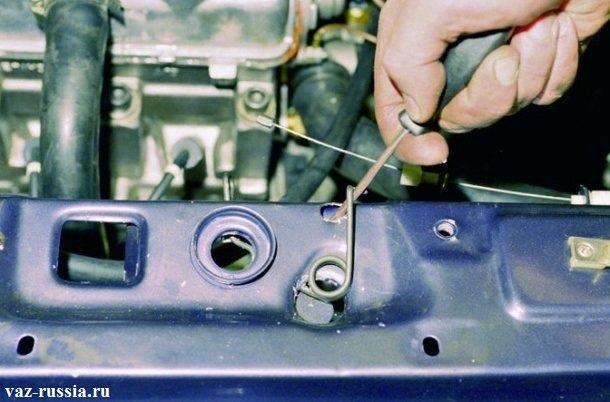 Поддевание отверткой пружины фиксирующей фиксатор замка, и дальнейшее её снятие